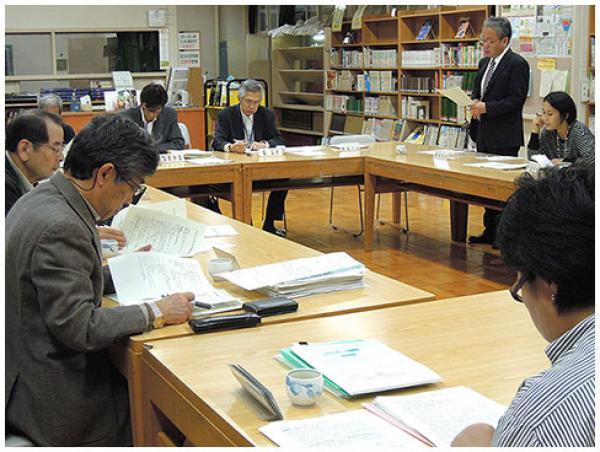 毎月1回開かれる学校運営協議会議のようす(区立向陽中学校)