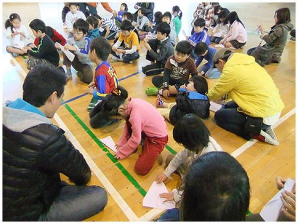 父子で紙ヒコーキ王決定戦の準備(写真提供:高井戸東小学校「OYA・JIの会」)