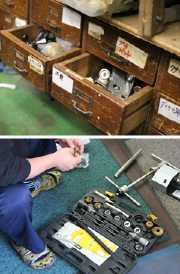 「サイクルショップ万田」店内、万田勇さんお手製の自転車部品収納棚