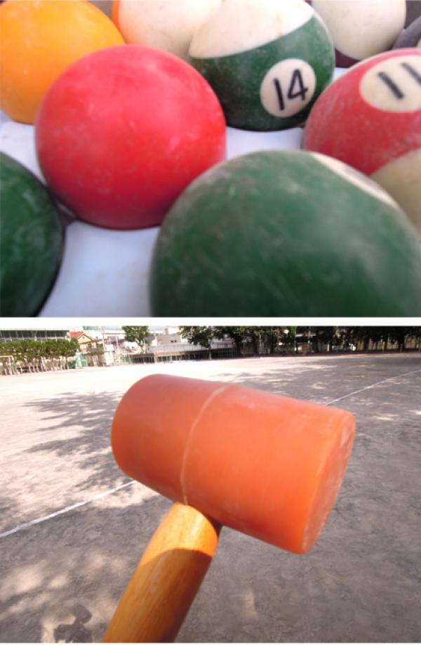 上:ガーデンゴルフに使用するビリヤード球  下:クラブヘッドが生ゴム製の専用クラブ