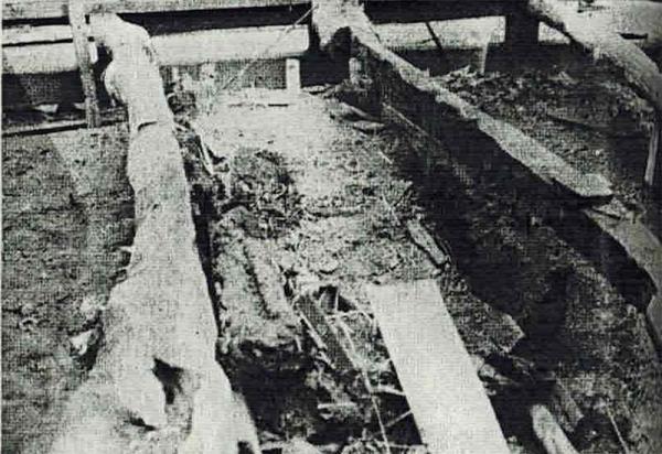 解体前に撮影された明治時代の炉跡(『井口家の長屋門』より)