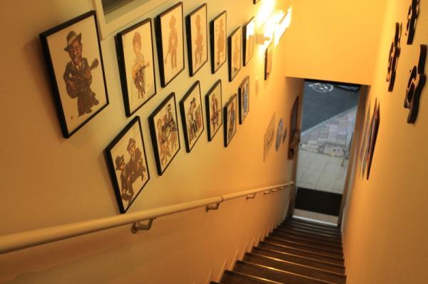 入り口の階段に並ぶ有名アーチストのイラストは、常連客の持ち込み
