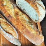 伝統的な製法で作る「バタール」(中央)のほか、プレーンなパンが人気