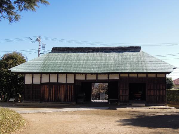 長屋門(背面より撮影)。写真右側の蔵屋が養蚕道具の展示室になっている