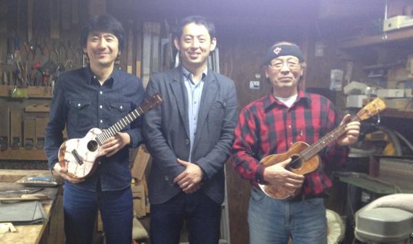 岐阜県可児市の川上ギター工房。名工と呼ばれる川上秀穂さん(右)、バンクーバーで個人製作家として活躍する息子の川上祐介さん(左)