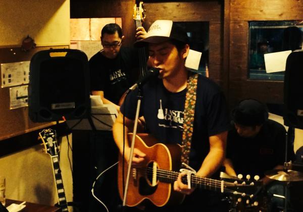阿佐谷ジャズストリートで演奏する小山さん。プロデューサーとしてミュージシャンのブッキングも行う