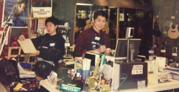 大手楽器店に入社して2年目の小山さん(右)