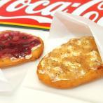 一番人気のクリームチーズオニオン 。トッピングによってパンの食感が変化するのも楽しい