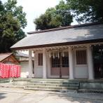 鉄筋コンクリート造りの社殿。左奥は境内末社の白幡稲荷神社