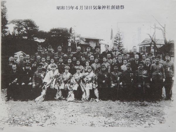 気象神社創建祭の模様。前面の着飾った女性は気象神社の職員と思われる(『気象神社の会 会報第二号』より)