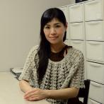 キャンドルアーティストの笹本道子さん(アトリエにて)。材料がいっぱい入った引き出しの数に圧倒される