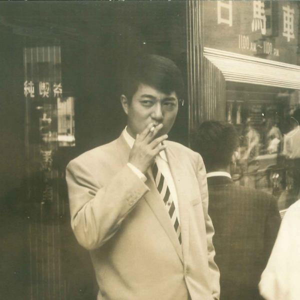 1959(昭和34)年 銀座の街角に立つ寺山(写真提供:テラヤマ・ワールド)