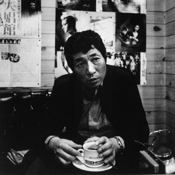 晩年の頃。喫茶店が好きだった寺山(撮影:荒川健一さん、写真提供:テラヤマ・ワールド)