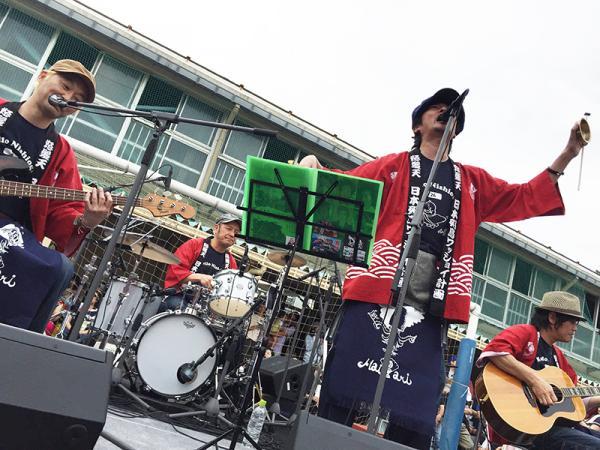 高井戸第四小学校で行なわれたハロー西荻のライブ(写真提供:増子直純さん)