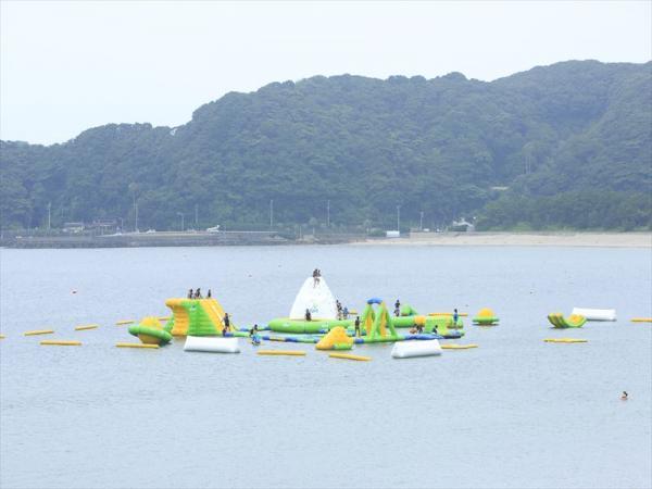 海上アスレチック「スプラッシュウォーターパーク弓ヶ浜」(写真提供:南伊豆町観光協会)