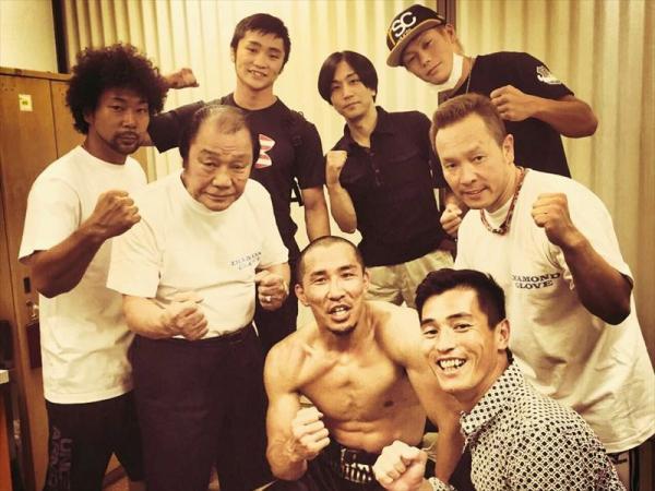 日本スーパーウェルター級の斉藤幸伸丸選手を輪島功一会長とスタッフで囲む
