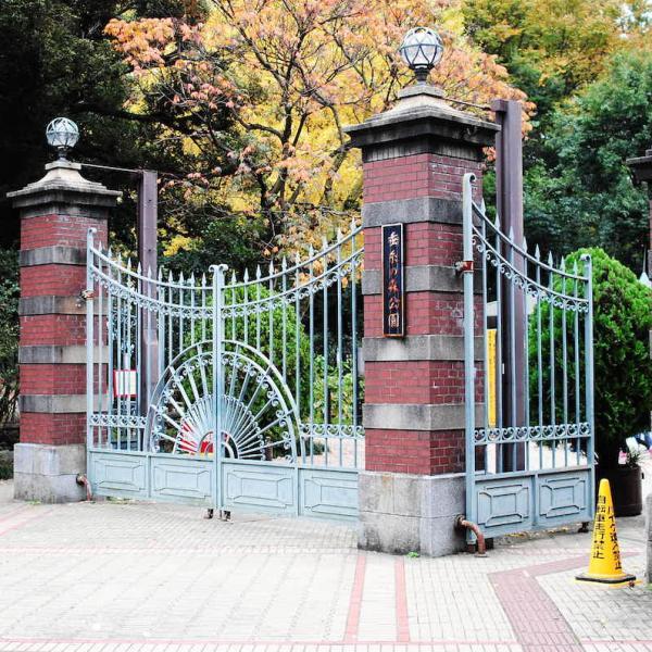 当時のレンガの門が今も残る