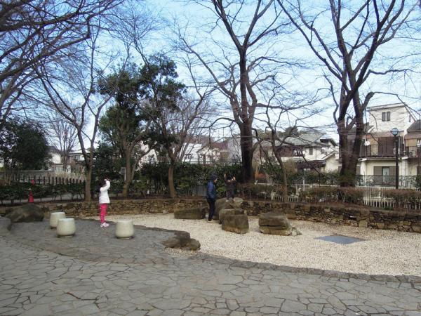 夏に「じゃぶじゃぶ池」になる場所。水が出ていない季節も子供たちの楽しい遊び場