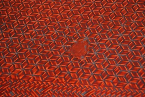 座卓の弾痕跡拡大(写真提供:杉並区立郷土博物館)