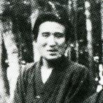 石神井池畔にて 太宰治29歳(出典:『図説 太宰治』)