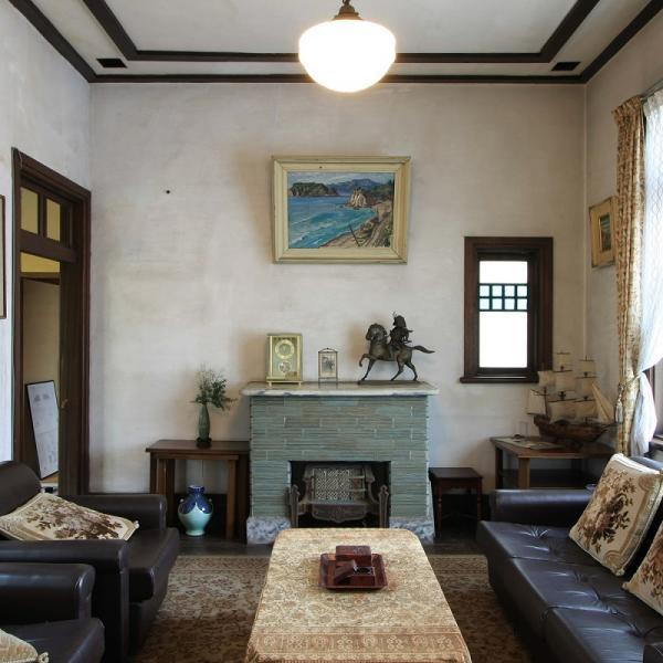 玄関脇の洋館は応接間。外観は質素だが中は華やかで、当時流行した暖炉(だんろ)や色ガラスの装飾が目を引く(写真提供:村山一美さん)