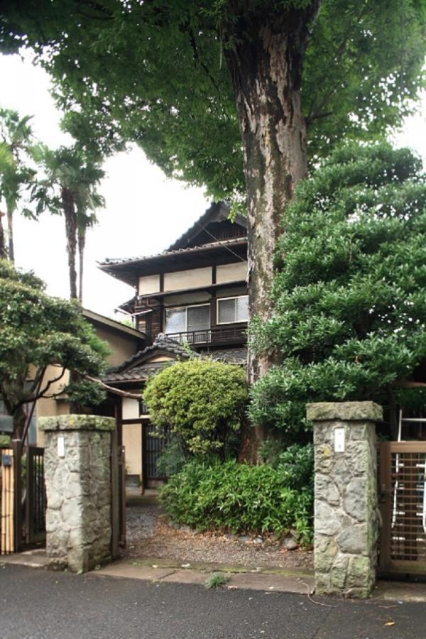 門を入ると、家の前に大きな欅の木がある。2010(平成22)年、国の登録有形文化財になった(写真提供:村山一美さん)