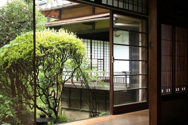座敷の障子を取り外すと、夏でも涼しい風が家の中を通る(写真提供:村山一美さん)