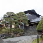 ゆるやかな傾斜のアプローチを上がっていくと見える旧角川邸。区の施設、幻戯山房(すぎなみ詩歌館)として一般公開されている