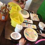 「どんなお皿にしようかな。」ポタリー体験は年齢を問わずチャレンジできる(写真提供:ぽたかふぇ。)