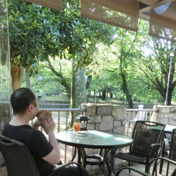 爽やかな景観が食欲を誘う。ガレットはテイクアウトも可能で、男性も大満足のボリューム