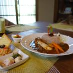 「アーマラキーカレー」には前菜3種が付く。カレーや前菜の食材は季節で変わる