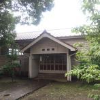 外観は洋風。張り出した玄関に、「武道場」と筆太に書かれた文字版が掲げられている。建築面積は204.60㎡(約62坪)