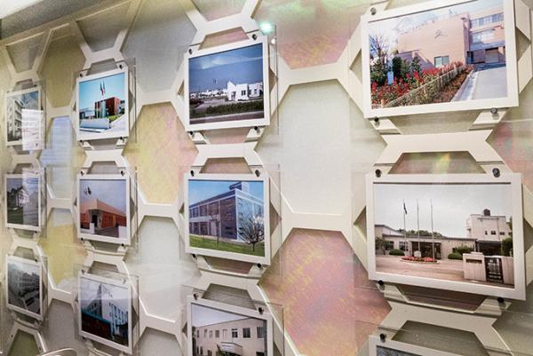 本社内に掲示されている国内外の事業所の写真パネル