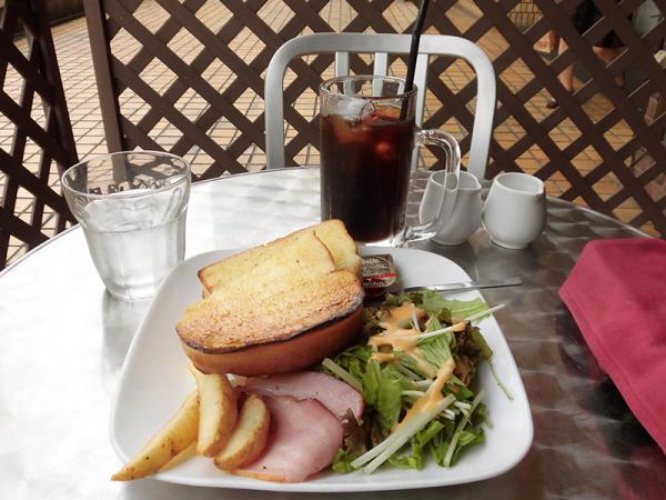モーニングメニューのトーストセット(450円)。朝のひとときをテラス席で過ごす客も多い