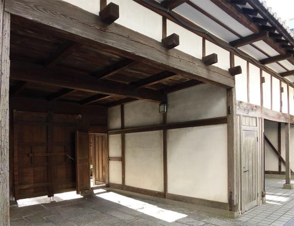 江戸時代に長屋門の建造を許されたのは、多くの場合、上級武士だった