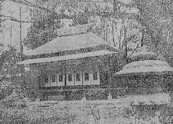 1964(昭和39)年当時の御小休所。手前は、中田村右衛門氏が小金井から運んだ桜(出典:東京新聞)
