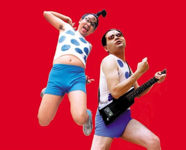 バンドボーカルではじけるチャンキーさん(左)(写真提供:チャンキー松本さん)