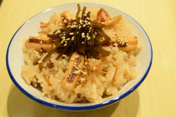 北海道産の昆布、いか、貝柱、干しシイタケと具だくさんの「いかめし」は、唯一のごはんメニュー