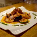 「天使のエビのバジルチリソース」(1,200円)。料理が映える皿を厳選し、中でも益子焼を好んで使っている