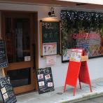 東高円寺駅から歩いて3分ほど。赤い看板と大きな窓が目印
