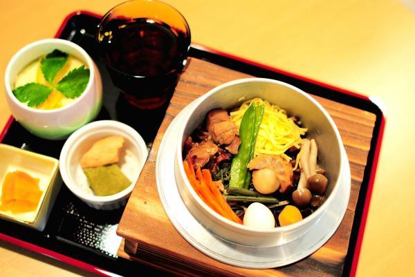 「五目釜飯」。茶碗蒸し、お新香、デザート、ほうじ茶が付いて、ランチタイムなら980円