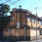 荻窪駅南側の住宅街にたたずむ西郊ロッヂング。青銅の屋根が特徴的