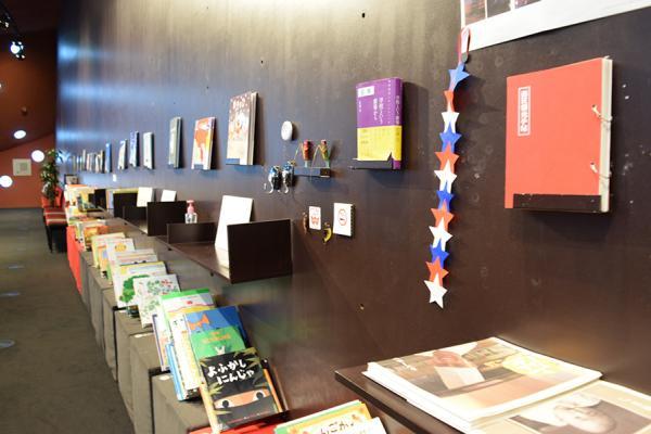 所有する1,500冊に近い蔵書のうち、「絵本の旅@カフェ」イベントのテーマに合わせてセレクトされた絵本