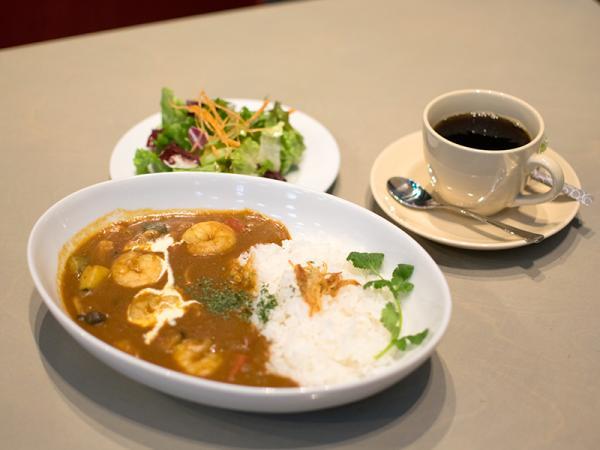 ランチセットの「小エビと彩り野菜の欧風カレー」。オーガニックのコーヒーとサラダが付いて900円