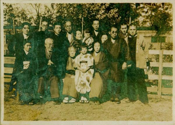 1939(昭和14)年頃、家族および「三蔦苑」の法被をきた牛欄寮の書生とともに(写真提供:江渡雪子さん)