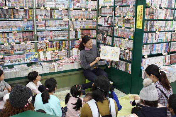12月の「読み聞かせのしかた講座」にて。「読み聞かせは大好きです。読み聞かせで一番大事なのは、子供が好きな絵本を持ってきた時に、ちょっと時間をとって読んであげることだと思います。」(宮野さん)