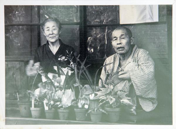 関村ミキと小平英男。三蔦苑にて撮影(写真提供:江渡雪子さん)