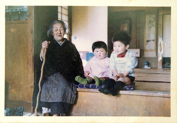 ひ孫と一緒に微笑む晩年の関村ミキ(写真提供:江渡雪子さん)