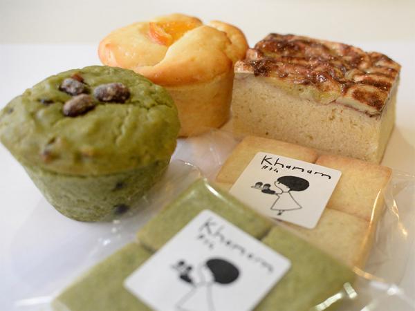 左が季節商品「米粉のよもぎ小豆マフィン」と「米粉のぽんかんマフィン」。どちらも380円。右奥が人気の「バナナシナモンケーキ」