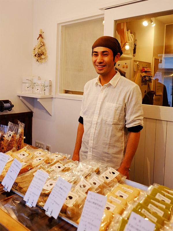 オーナーの石橋さん。店内には焼菓子の甘い香りがだたよう